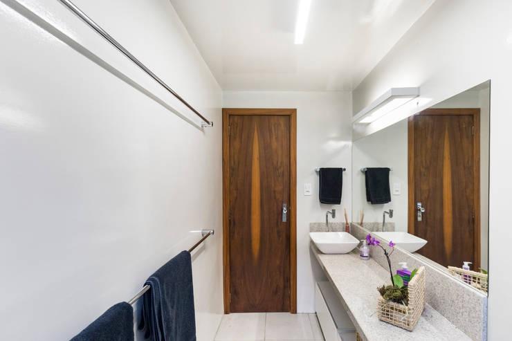 Ванные комнаты в . Автор – Kali Arquitetura, Модерн