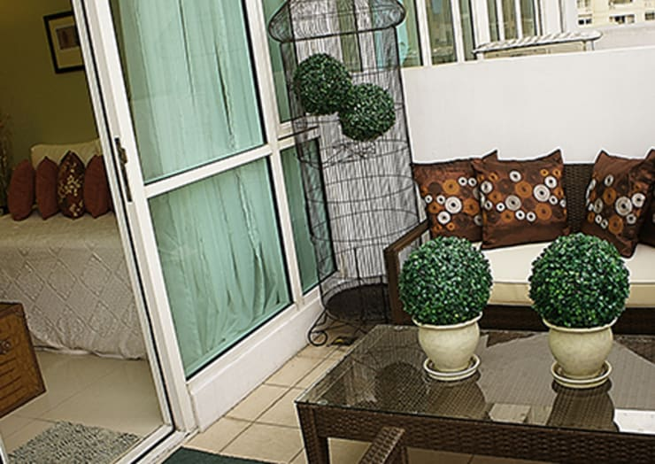 Balkon, Veranda & Terrasse von SNS Lush Designs and Home Decor Consultancy