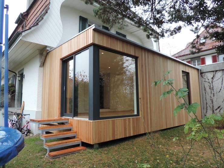 vista della vetrata d'angolo di ingresso: Casa prefabbricata  in stile  di Ecospace Italia srl