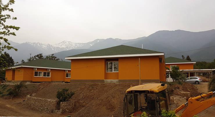 Vista pabellones dormitorios: Casas de estilo  por Plan V Arquitectos Ltda