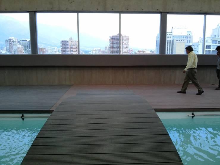 Puente para Piscina: Hoteles de estilo  por MSGARQ