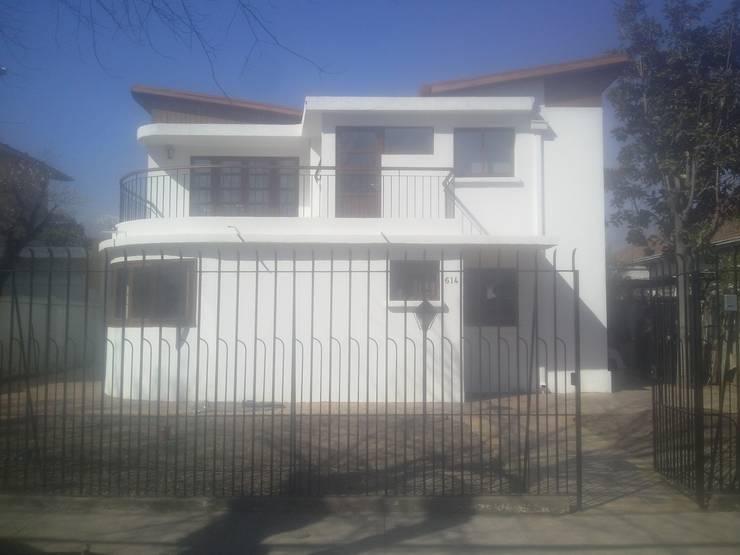 Fachada: Casas unifamiliares de estilo  por MSGARQ
