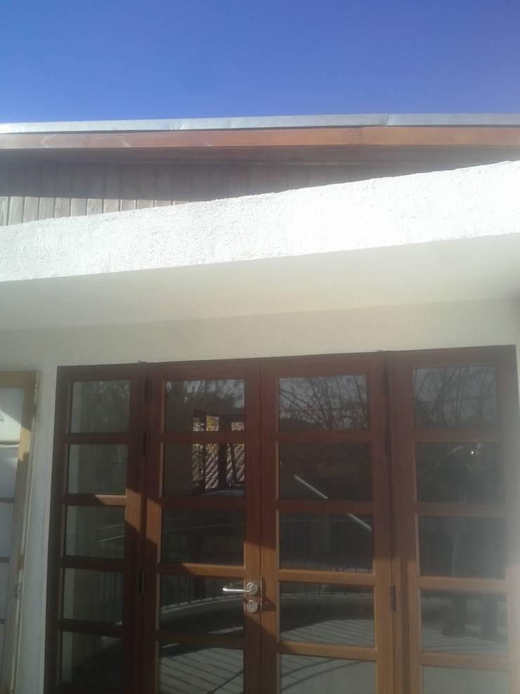 Puerta de madera: Puertas de estilo  por MSGARQ