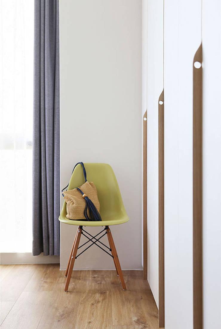 THE PROMENADE @ PELIKAT:  Bedroom by Eightytwo Pte Ltd,Scandinavian Wood Wood effect