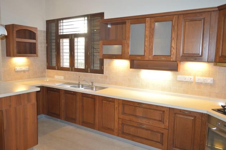 Modular kitchen installed by zenia:  Kitchen by zenia