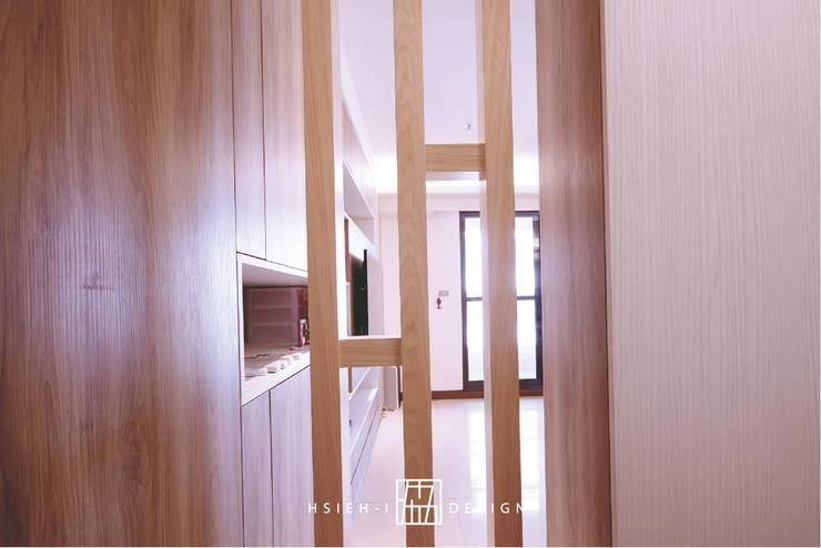高雄左營 程公館:  牆面 by 協億室內設計有限公司