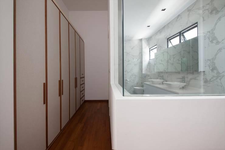 JALAN TANJONG:  Bedroom by Eightytwo Pte Ltd,Scandinavian
