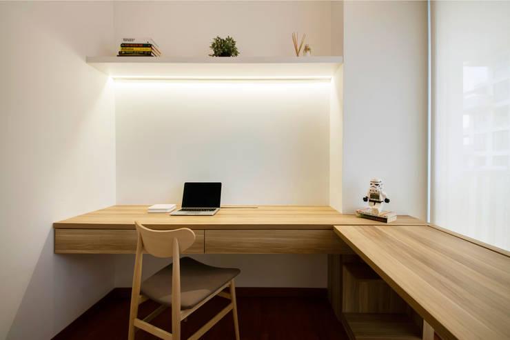 SKY HABITAT:  Study/office by Eightytwo Pte Ltd,Scandinavian Wood Wood effect