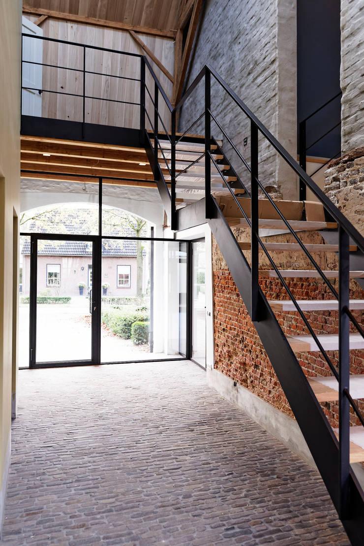 daklicht en stalen trap:  Gang en hal door ODM architecten - erfgoed & architectuur