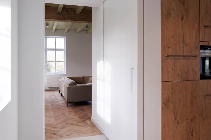 Doorkijk naar woonkamer:  Woonkamer door ODM architecten - erfgoed & architectuur