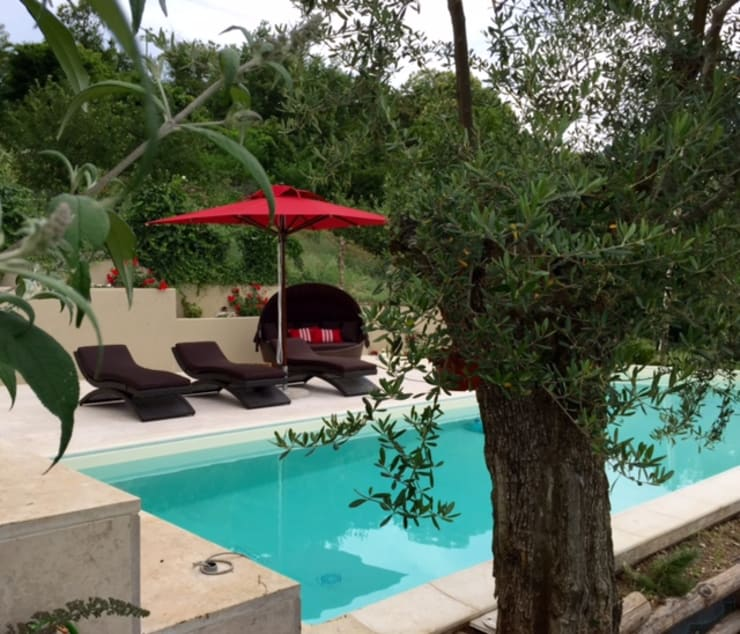 Arredo giardino e bordo piscina casa privata: Giardino in stile  di Uniko