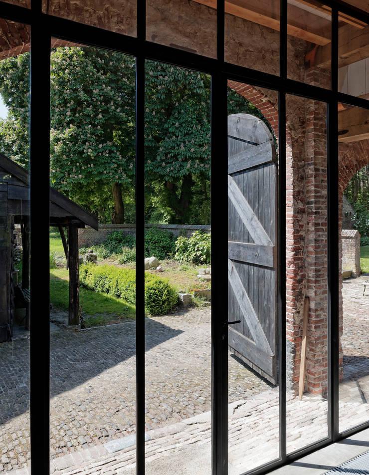 Restauratie boerderij Hengstmere:  Ramen door ODM architecten - erfgoed & architectuur