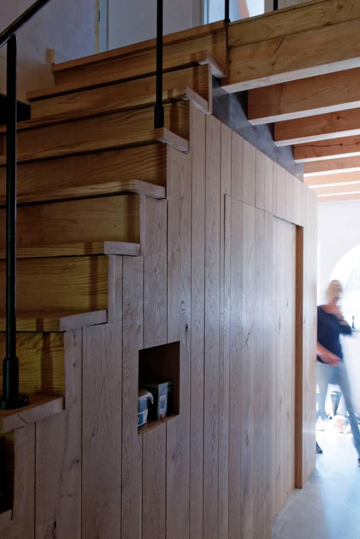 Restauratie boerderij Hengstmere:  Trap door ODM architecten - erfgoed & architectuur
