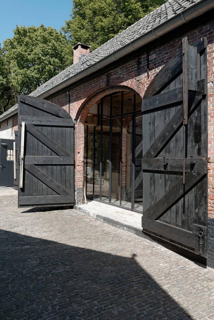 Restauratie boerderij Hengstmere:  Houten ramen door ODM architecten - erfgoed & architectuur