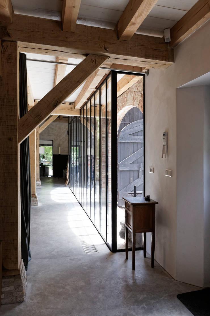 Restauratie boerderij Hengstmere:  Gang en hal door ODM architecten - erfgoed & architectuur