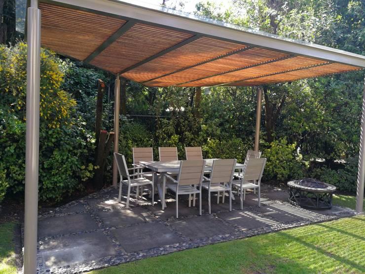 Pérgola color pimienta y madera color magnolia en Contadero CDMX: Jardines de estilo moderno por Materia Viva S.A. de C.V.