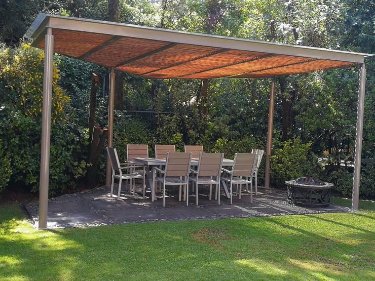 Pérgola color pimienta y madera color magnolia en Contadero CDMX: Techos de estilo  por Materia Viva S.A. de C.V.