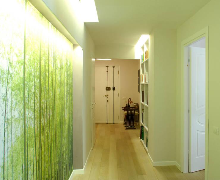 Corredores e halls de entrada  por VITAE STUDIO - architettura