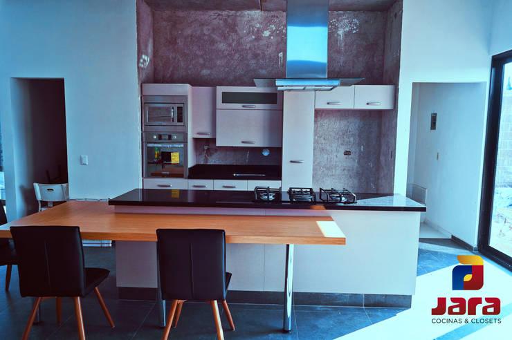 DISEÑO DE COCINA ABIERTA AL SALÓN EN MATEHUALA S.L.P, MÉXICO: Cocinas equipadas de estilo  por JARA COCINAS & CLOSETS