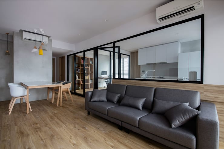 TWIN FOUNTAINS:  Living room by Eightytwo Pte Ltd,Industrial