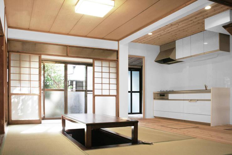 Moriguchi House: Salas de estar  por AMALGAMA