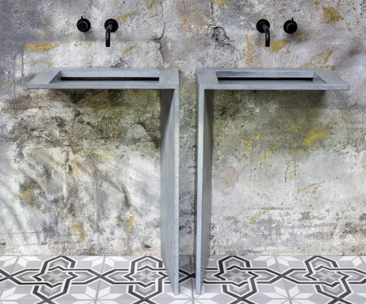 """Beton Doppelwaschtisch in L-Form Edition """"Fly for Two"""": moderne Badezimmer von Traumraum&beton DESIGN by NONNAST"""