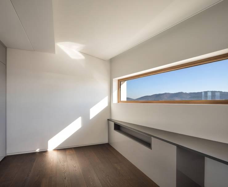 DASA House: 'Snow AIDe의  방,모던
