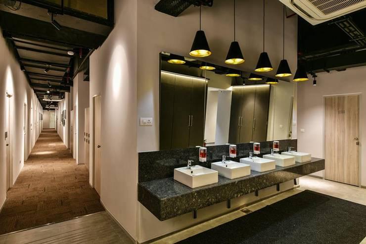 Washroom:  Hotels by Racheta Interiors Pvt Limited,Modern
