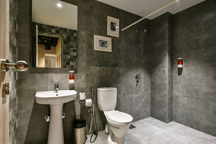 Washrooms:  Hotels by Racheta Interiors Pvt Limited