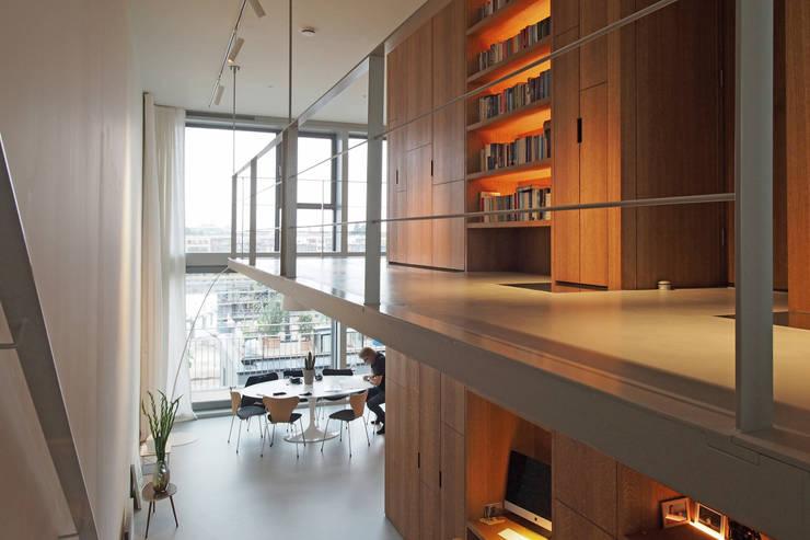 Doorzonloft Houthaven Amsterdam:  Gang en hal door Bergblick interieurarchitectuur, Modern