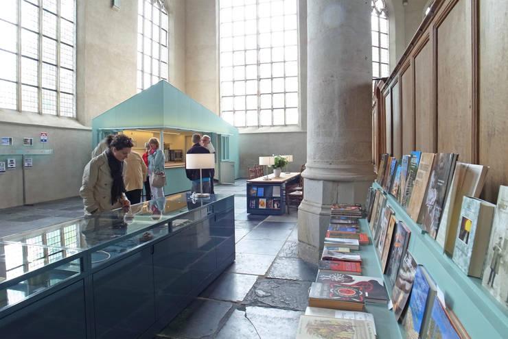 Ontvangstgebied Grote Kerk Monnickendam:  Exhibitieruimten door Bergblick interieurarchitectuur, Modern