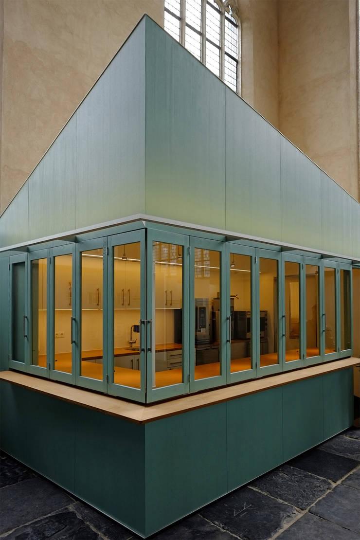Ontvangstgebied Grote Kerk Monnickendam:  Gastronomie door Bergblick interieurarchitectuur, Modern