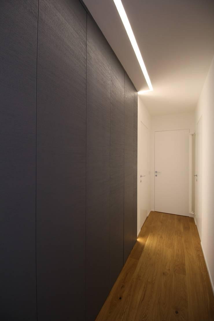 Corredores e halls de entrada  por Giuseppe Rappa & Angelo M. Castiglione, Moderno