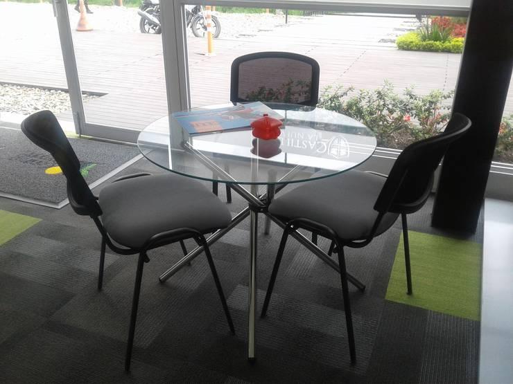 Mesas y sillas de atención clientes.: Salas de estilo  por MS - CONSTRUCCIONES MARIO SOTO & Cìa S.A.S.