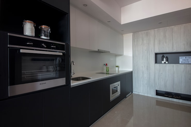 THE GLADES:  Built-in kitchens by Eightytwo Pte Ltd,Modern