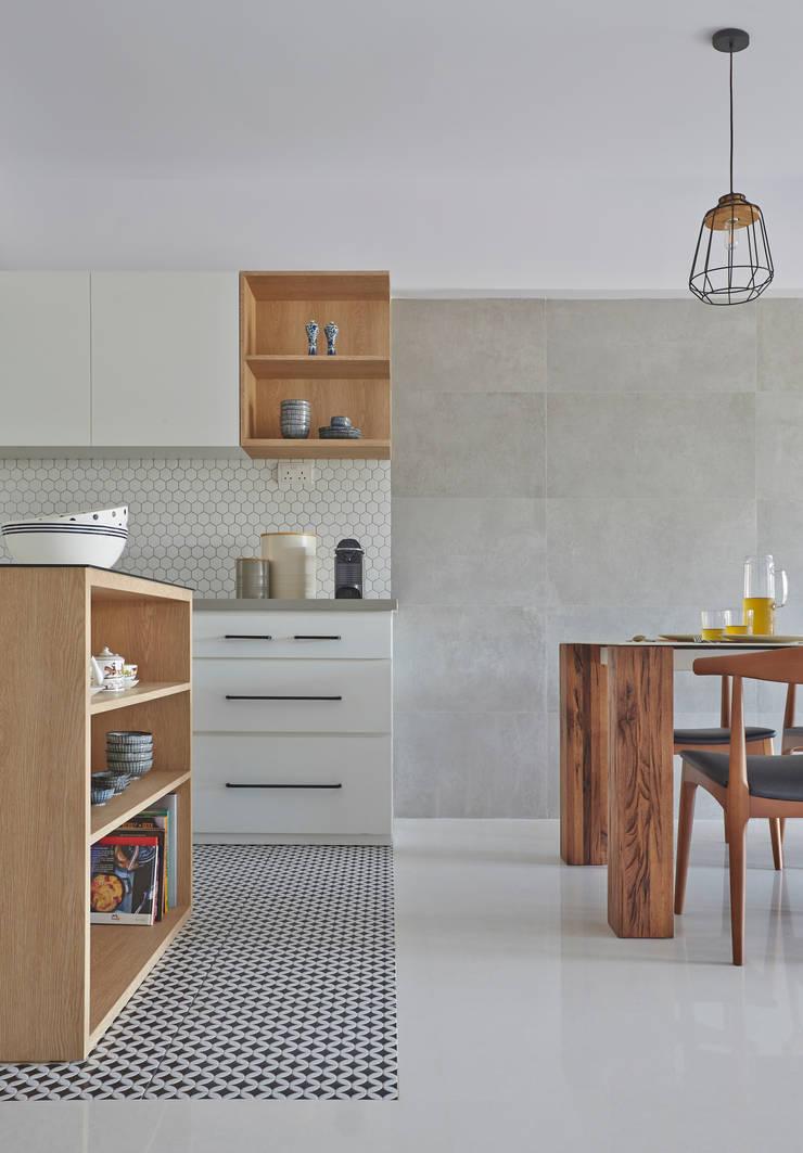 CLEMENTI PARK:  Kitchen units by Eightytwo Pte Ltd