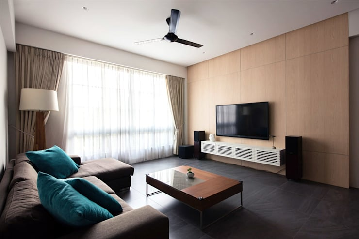 EASTWOOD GREEN:  Living room by Eightytwo Pte Ltd