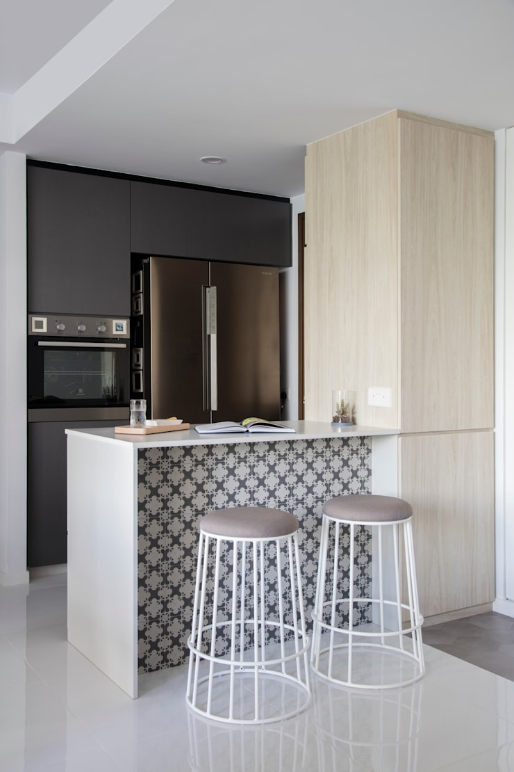 ECOPOLITAN:  Built-in kitchens by Eightytwo Pte Ltd