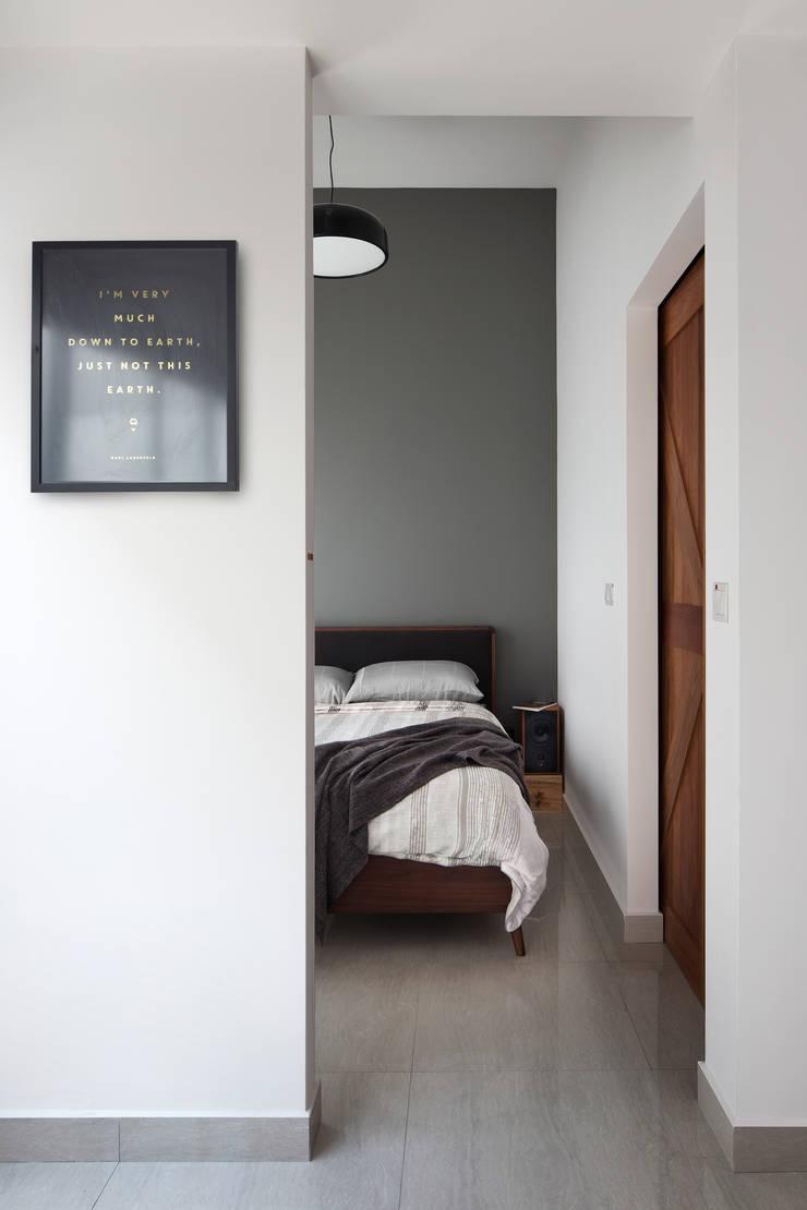 KING ALBERT PARK RESIDENCES:  Bedroom by Eightytwo Pte Ltd