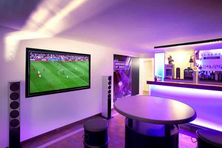 Salas multimedia de estilo moderno por Gira, Giersiepen GmbH & Co. KG