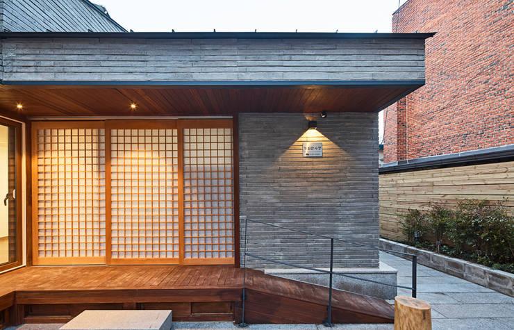 제기동 미니멀 한옥: 주식회사 착한공간연구소의  주택,
