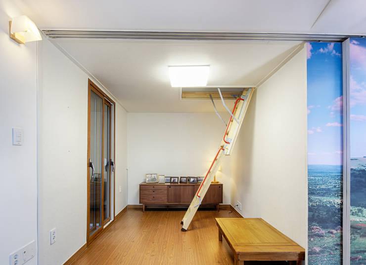 제기동 미니멀 한옥: 주식회사 착한공간연구소의  거실