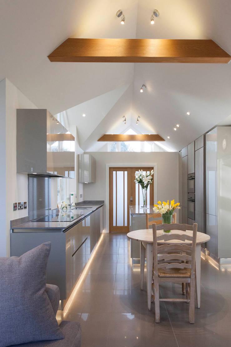 Stoke Row - Modern Kitchen:  Built-in kitchens by cu_cucine