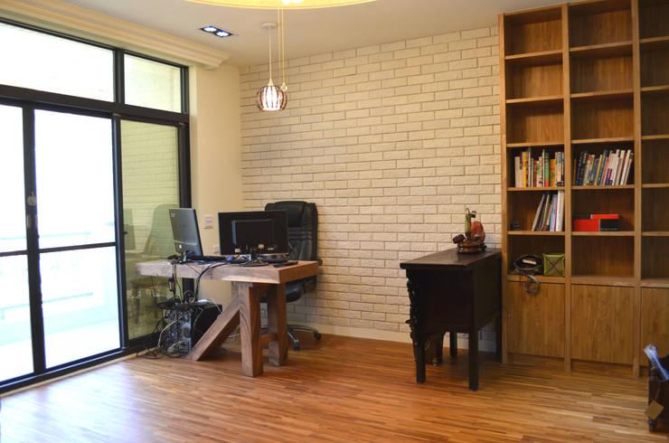 起居室書桌:  書房/辦公室 by Gavin室內裝修設計