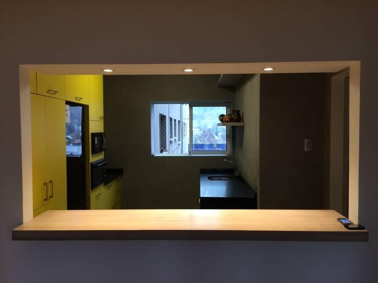 meson cocina americana: Muebles de cocinas de estilo  por PICHARA + RIOS arquitectos