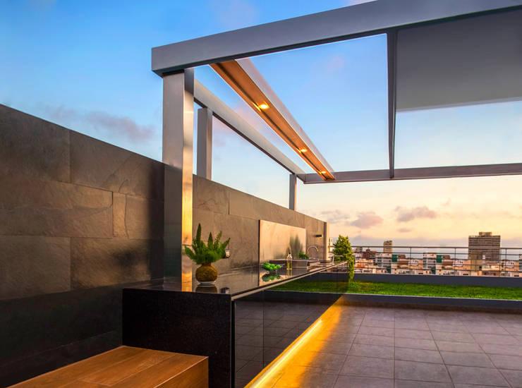 FLEXIBLE - Techo: Balcones, porches y terrazas de estilo  por Chetecortés