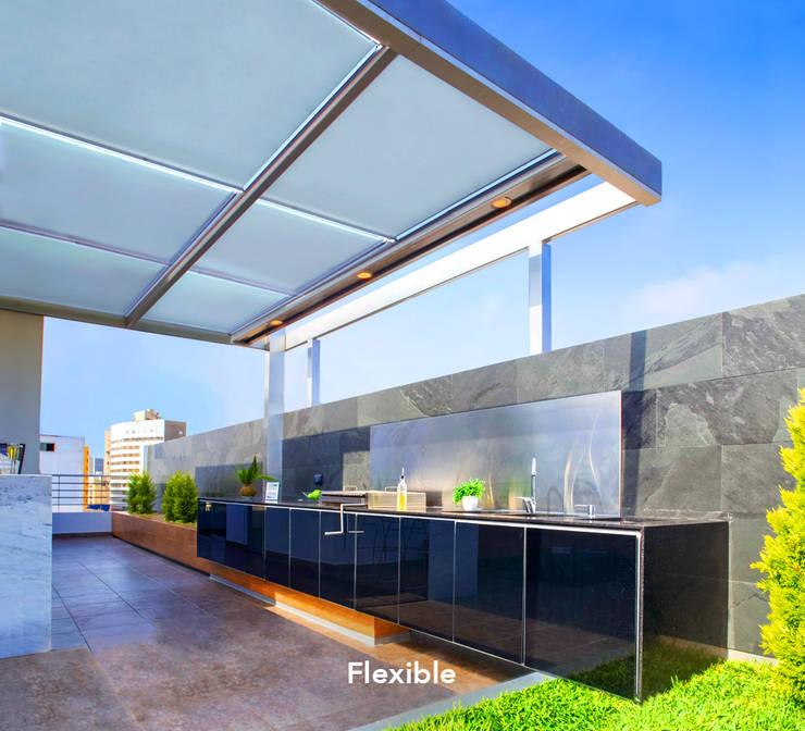 FLEXIBLE – Techo: Balcones, porches y terrazas de estilo  por Chetecortés