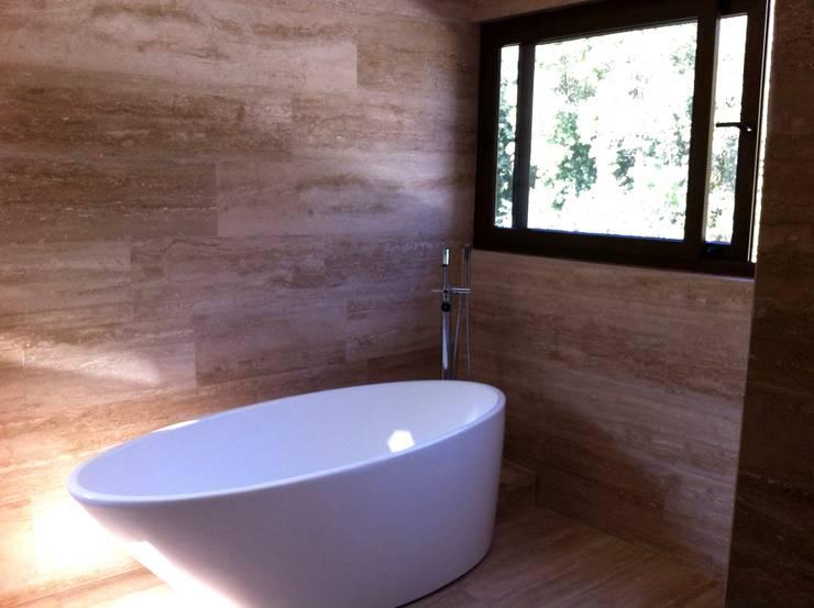 baño casa unifamiliar: Casas unifamiliares de estilo  por PICHARA + RIOS arquitectos