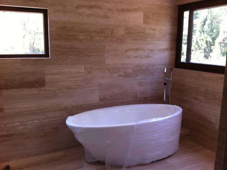 baño casa unifamiliar: Baños de estilo  por PICHARA + RIOS arquitectos