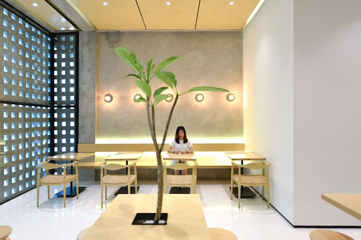 First Floor Seating Area:  Restoran by KERA Design Studio